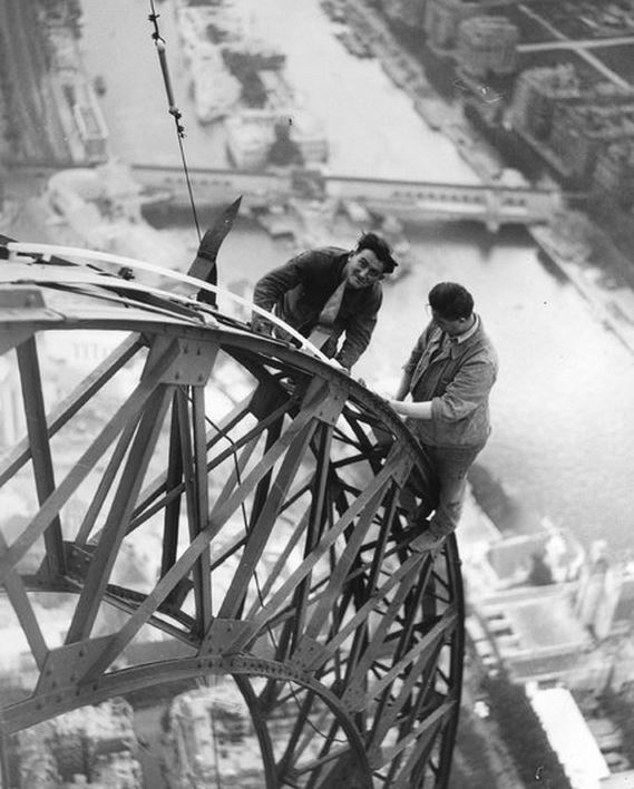 SHEQ - 1937 changing bulbs on the Eifel Tower